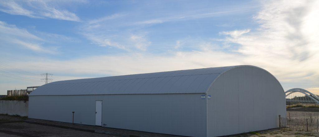 achterzijde witte Variantloods als clubgebouw van Electrocross